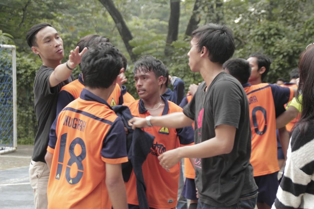 Para pemain dan coach dari jurusan teknik elektro kembali menyusun strategi saat break time di partai final futsal pria (11032017)