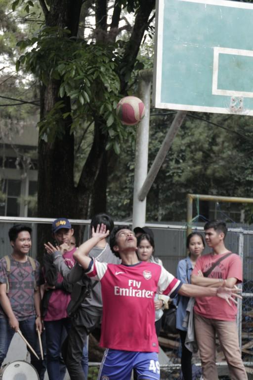 Pemain volly pria dari jurusan akuntansi melakukan servis pada partai final antara teknik elektro melawan akuntansi (11032017)
