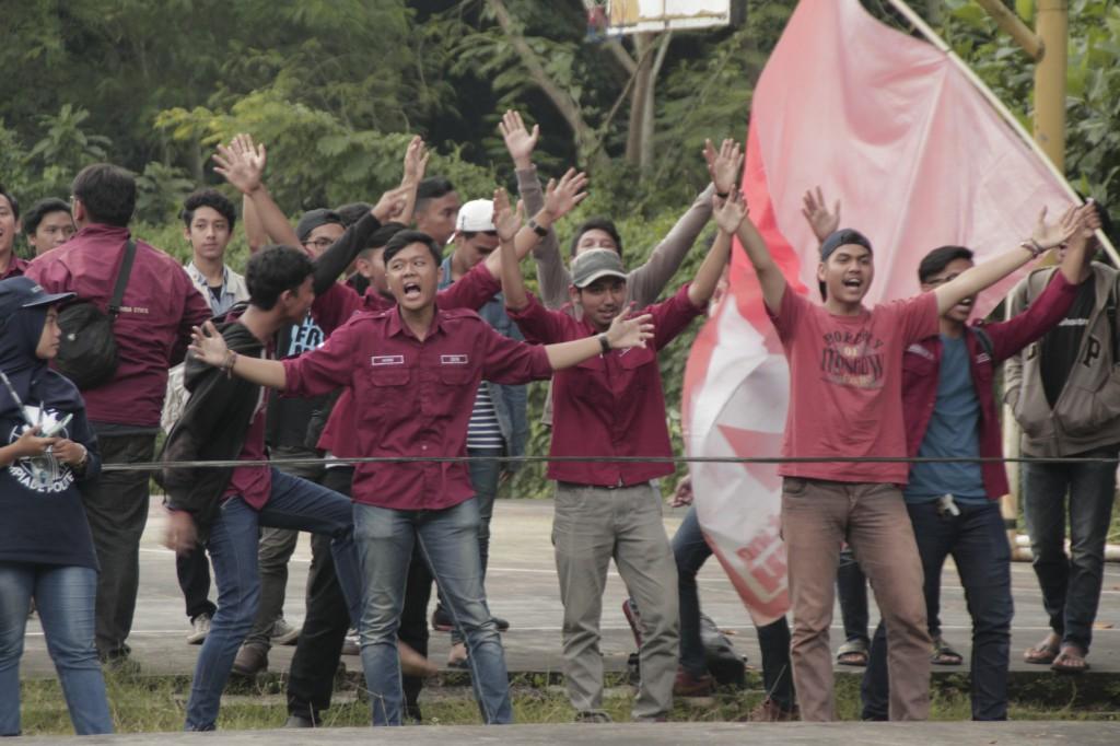 Pendukung dari jurusan akuntansi melantunkan yel-yel penyemangat kala timnya berlaga di partai final berhadapan dengan jurusan teknik elektro (11032017)