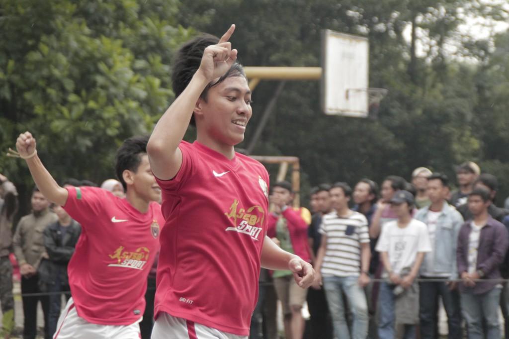 Selebrasi dari pemain akuntansi kala berhasil membobol gawang teknik elektro di partai final futsal pria (11032017