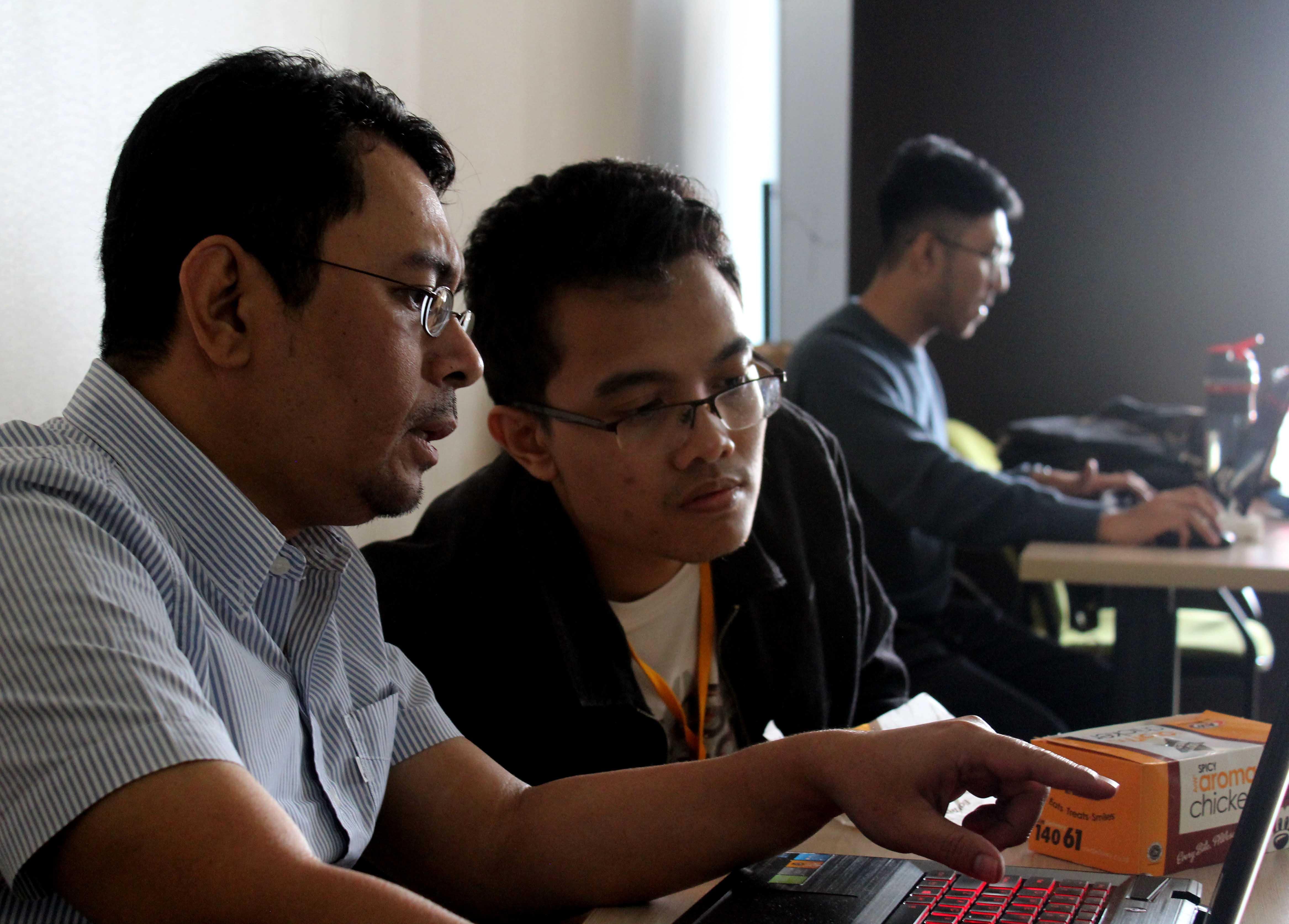 RAE Widiargo selaku dosen Animasi sedang membimbing mahasiswa dalam penyelesaian video animasi yang sedang dibuat. (2)
